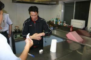 手洗いをする職員の様子