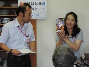 商品説明をする斉藤副支所長と徳永さん