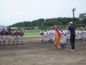 優勝した水俣第二小野球倶楽部へ優勝旗の授与