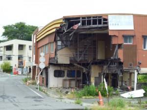 壊れた家もそのままです