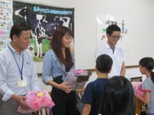 牛乳交流会にて生産者との交流の様子