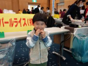 「おいしーよー 」 菊陽町から来てくれた手島康介くん(3歳)。