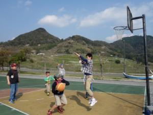 外で仲良くバスケットボール