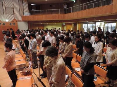 地震の犠牲者の黙祷を捧げる参加者