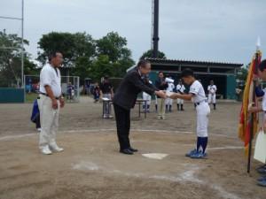 記念品を贈呈する生協くまもと理事の廣田