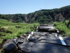 木之内農園から白川方面に伸びる道路は地震で亀裂が入り、うねりも生じています。更に大雨の影響もあり道路の先は白川に崩落しています。