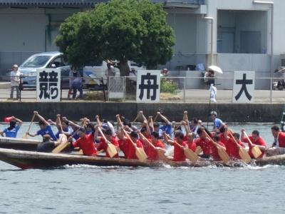 力漕する選手たち(手前赤のポロシャツが生協くまもと)