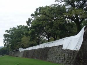 日本一の長さをほこり重要文化財に指定されている長塀も倒壊。(9月撮影)