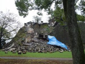 熊本を代表する観光地、熊本城の石垣と櫓。崩れ落ちたままとなっている。(9月撮影)