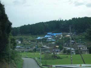 震度7に2度襲われた阿蘇郡西原村にて。ブルーシートが掛けられたままの家々(9月撮影)。