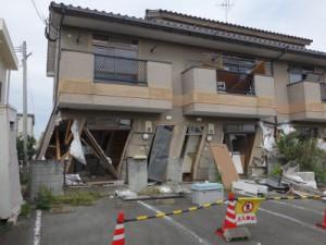 1階が傾き倒壊寸前のアパート(10月撮影)