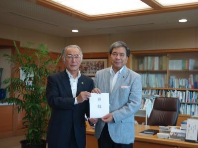 蒲島熊本県知事に義援金目録を贈呈