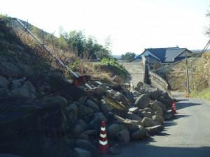 地震発生直後から崩れたままの石垣(阿蘇郡西原村)
