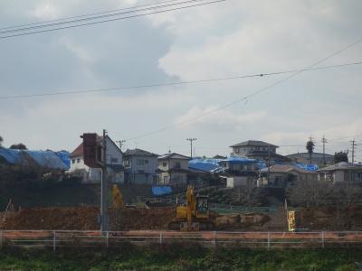 上益城郡御船町にて。護岸工事が急ピッチで行われているが奥にはまだブルーシートがかかったままの家屋が並ぶ