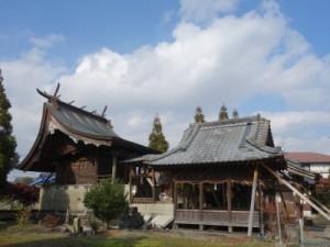 上益城郡御船町二宮神社。本殿の屋根がずれ、拝殿は急ごしらえの柱で支えられている