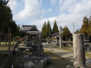 同神社にて。鳥居や石碑なども粉々になり、倒れたまま置かれていた