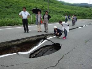 県道28号線(通称俵山ルート)にて7月撮影。道路の中央に段差が生じ、大人が中で横になれるほどの窪みも出来ていた