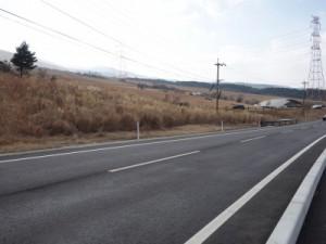 同地点にて。修復され通行可能となった県道28号線(2月撮影)