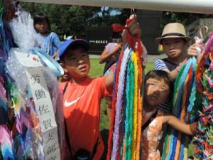 生協くまもとからも、組合員によって折られた千羽鶴を、参加した子どもたちで4束奉納しました