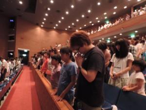 長崎市民会館文化ホールで行われた『虹のひろば』へは52生協約900名の参加でした。被爆者に対して全員で黙とうを捧げました
