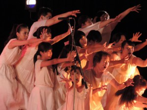 """1990年、長崎『旅』博覧会の期間中、一般公募により誕生した『劇団TABIHAKU』""""虹のひろば""""にも『くすの木の詩』など、多数の作品で参加しています"""