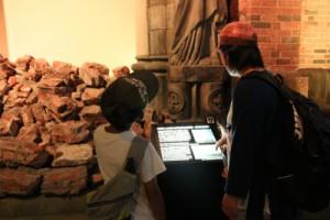 長崎原爆資料館にて。展示を真剣に見つめる子どもたち