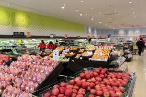 季節の果物が並ぶ売り場