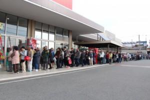 オープン前に開店を待つ人たちの行列