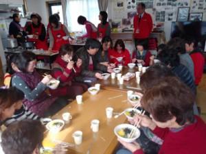 大きな食卓を囲んでみんなでごちそうになりました