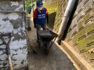 一輪車に載せて泥を搬出