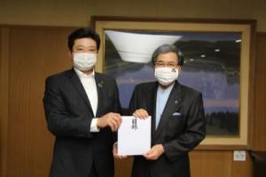 嶋田理事長(左)と蒲島県知事(右)