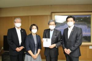 左より髙見執行役員、髙谷常任理事、蒲島県知事、嶋田理事長