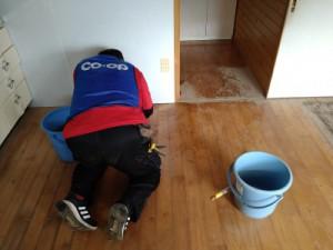 床にも泥がこびりついていました