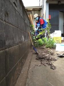 溝にたまった泥も水を使いながら掻き出します